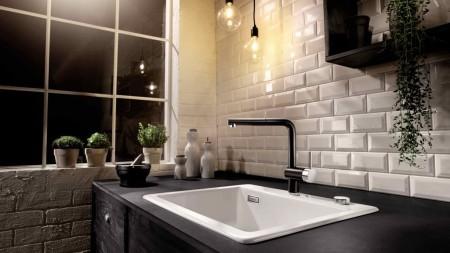 Eine Küchenrückwand im mit weißen Subway Tile Fliesen