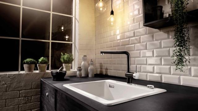 Die Küchenrückwand richtig schützen. Hier eine Rückwand im Subway-Tile Stil.