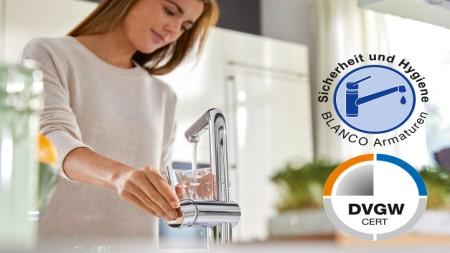 eine Frau füllt ein Wasserglas