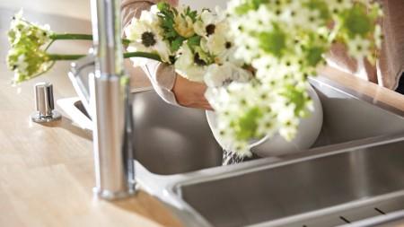 Wasser wird aus einer Vase geschüttet