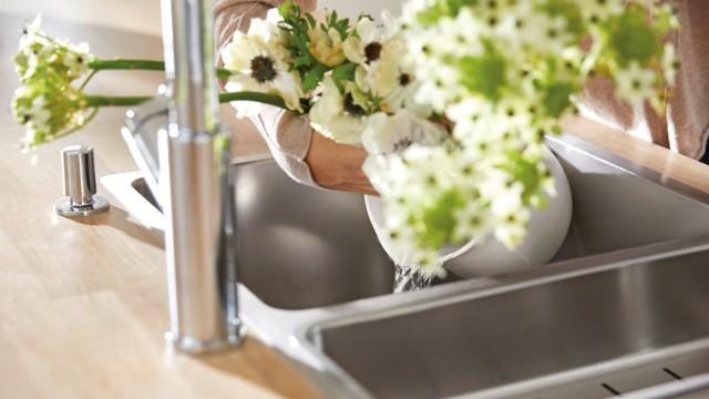 Blumen werden aus einer Vase genommen