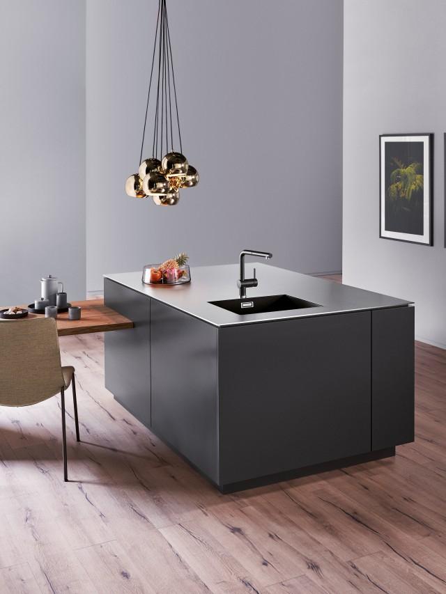 Eine minimalistische schwarz weiß Küche