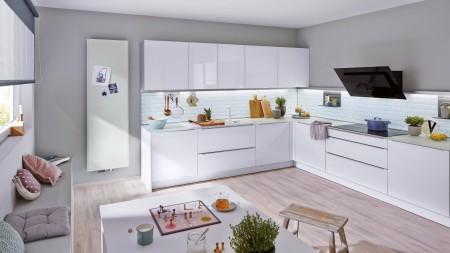 Eine weiße Küche in L-Form