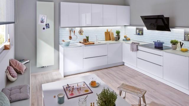 Eine weiße, schlichte Küche in der 'L-Form'
