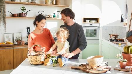 eine glücklcihe Familie in ihrem Zuhause
