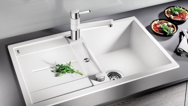 Wenn das Spülbecken nicht so tief ist, sollte eine niedrige Armatur gewählt werden.