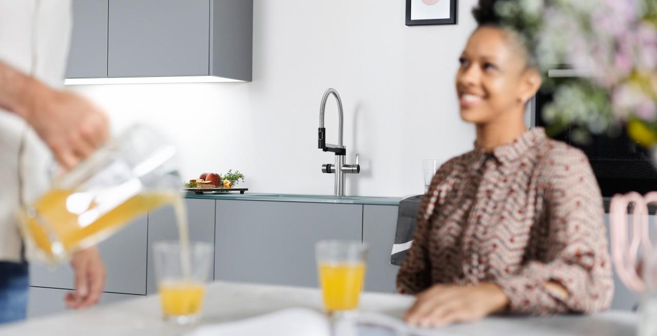 Ein Mann schenkt einer Frau frische Limonade ein