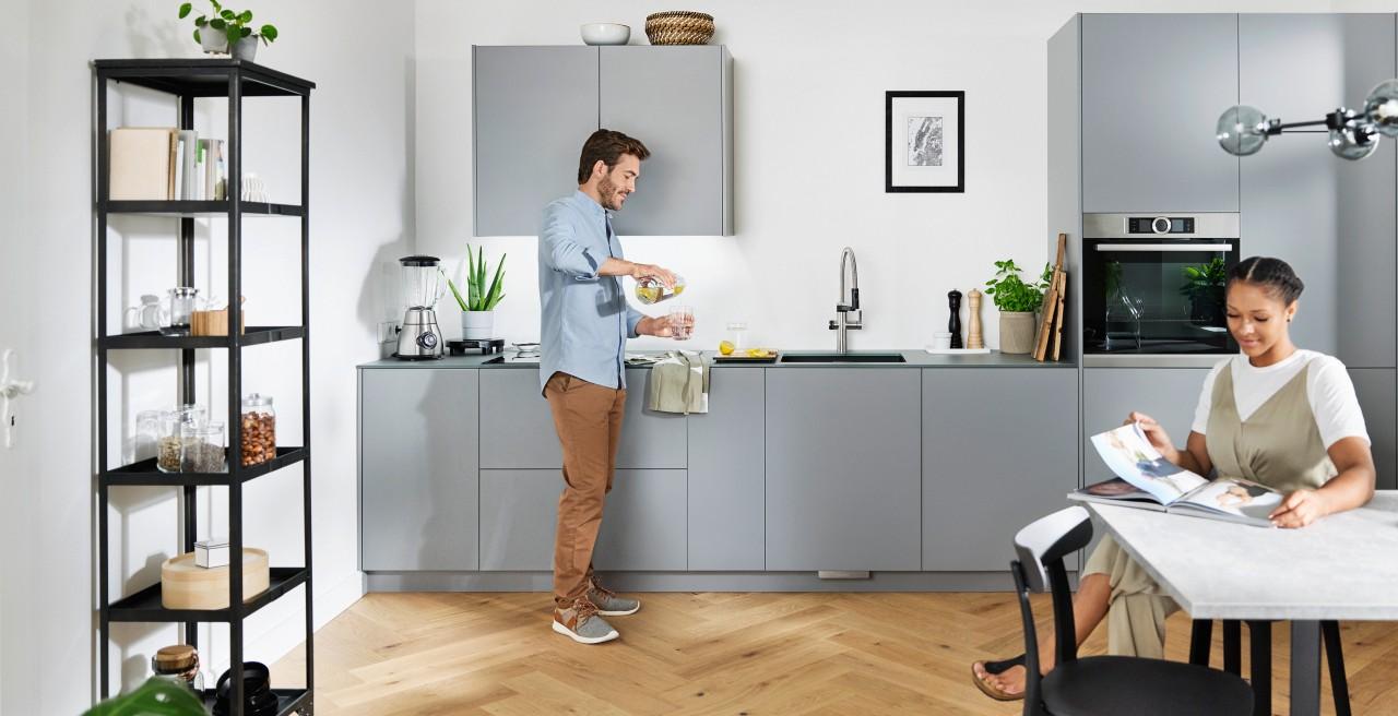 Ein Mann und eine Frau genießen die Zeit in der Küche