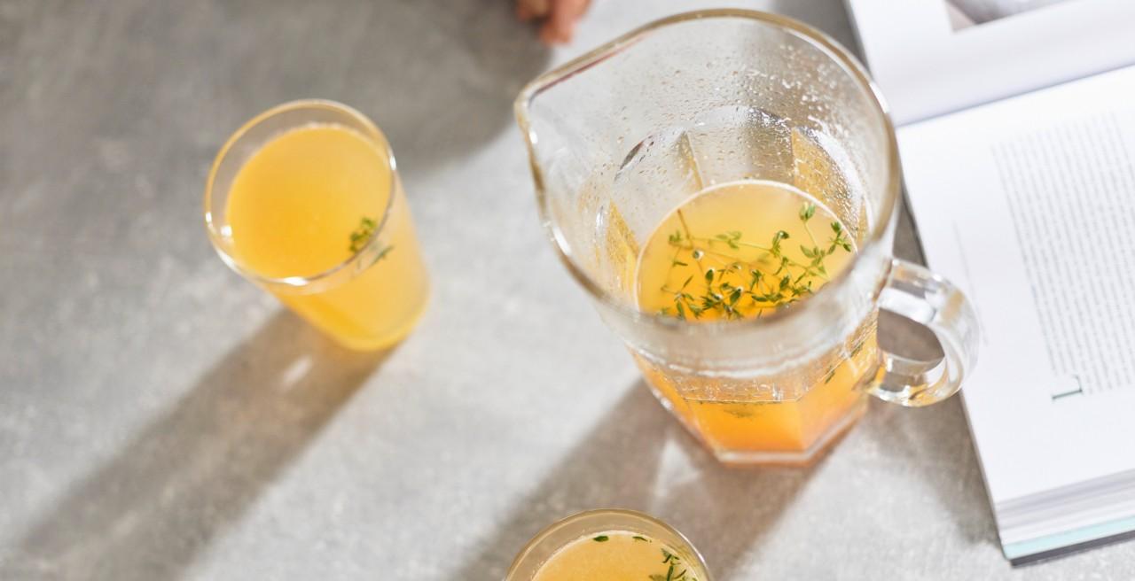 Frische Limonade in zwei Gläsern und einer Karaffe