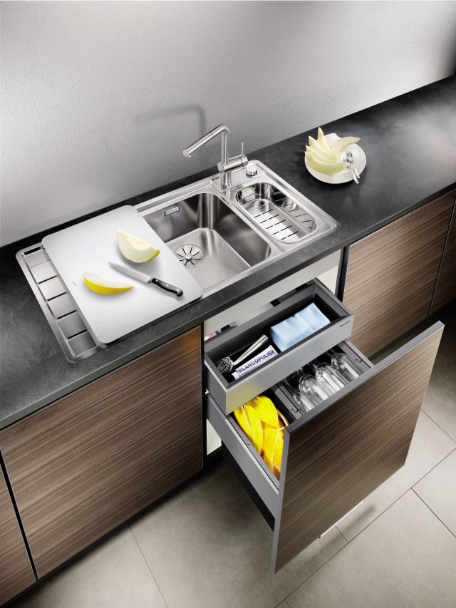 The pull-out organiser drawer stores your sponges, dishwashing brushes and the like so that they are always within reach.