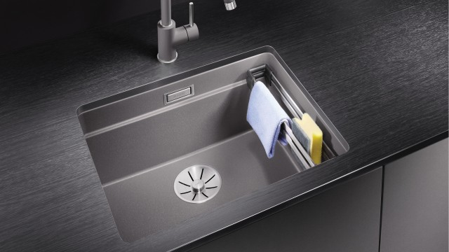 The BLANCO ETAGON also provides a place for stowing dishwashing utensils.
