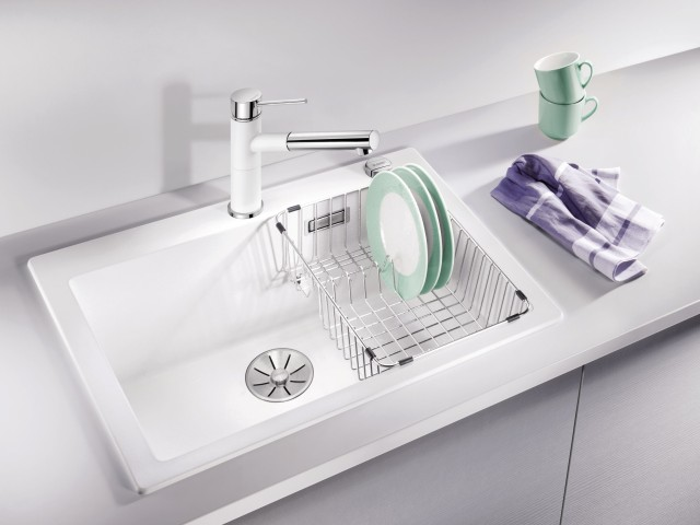 Easy-to-use crockery baskets allow you to drain wet plates right away.