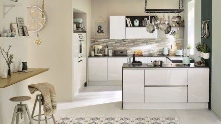For an ultra convivial feel, a G-kitchen provides room for all the family.