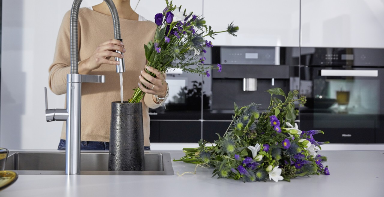 Displaying and looking after flowers – a breeze with a BLANCO kitchen mixer tap