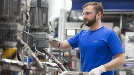 Im Werk Sinsheim werden hochwertige Spülen aus Silgranit PuraDur für die weltweiten Märkte gefertigt