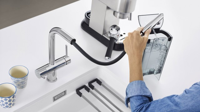 The Blanco Fontas-S II Filter is a world first – the first filter mixer tap with a pull-out spout.