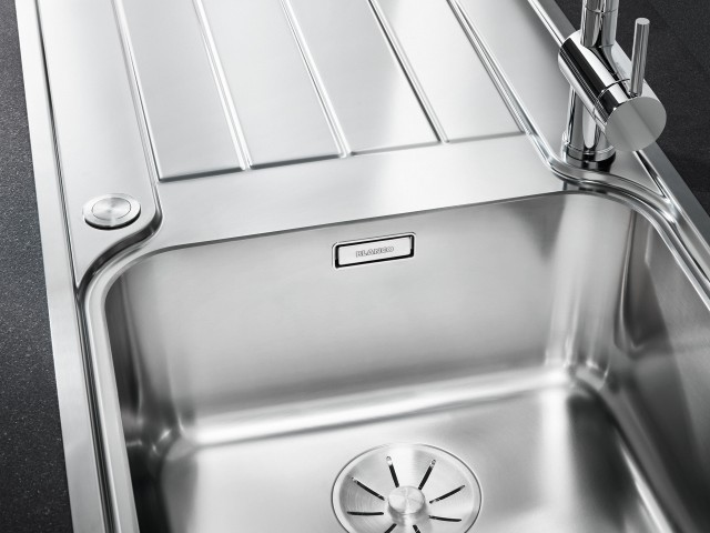 Equipped with the new InFino drain system, the concealed C-overflow and an elegant flat IF rim.