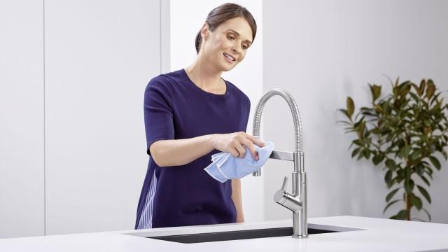 Eine Frau reinigt eine BLANCO Armatur