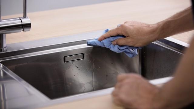 Vermijd kalkaanslag: wrijf de spoeltafel droog.