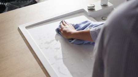 Weiße Spülbecken werden gereinigt