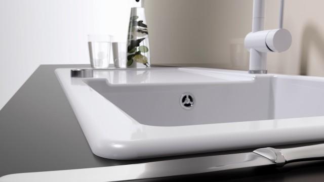 台上盆是将水槽镶嵌在台面的切口处,并粘合固定。