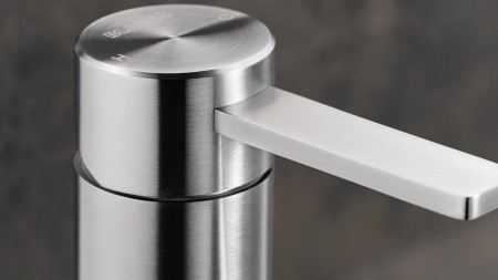 The mixer tap with a mid-height control lever is suitable for both left- and right-handed users.