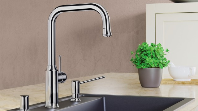 This high-spouted kitchen mixer tap features an impressive pull-out spray