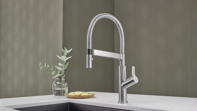 Introduce semi-professional design and remarkable ease of use to your kitchen with BLANCO SOLENTA-S.