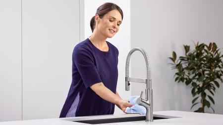 Für die tägliche Reinigung zwischendurch eignet sich das Mikrofasertuch für alle Oberflächen.