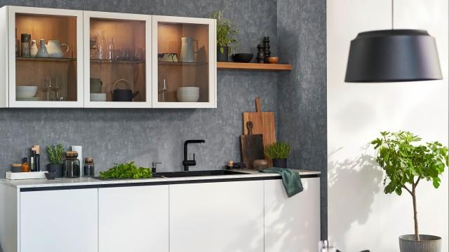 Eine schöne Küche mit der Etagon Spüle in schwarzem SIlgranit
