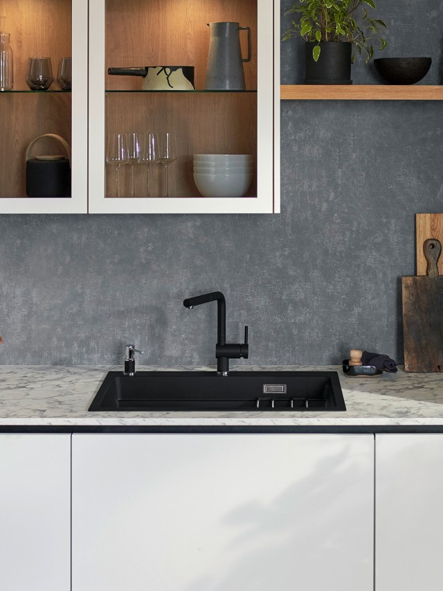 Eine Küche mit elegantem Etagon Etagen Becken