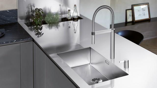 Elegant und hygienisch sind die Edelstahlplatten als Arbeitsplatten in der Küche sehr beliebt.