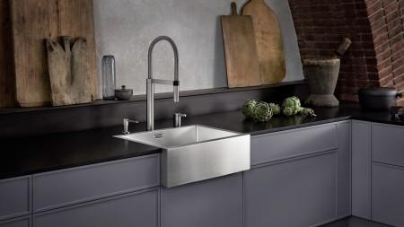 Der markante Spülstein macht sich besonders gut in einer dunklen Küche