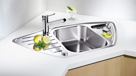 Like the DELTA, the dynamic shape of the BLANCO LANTOS looks great in modern kitchens.