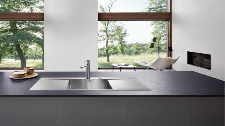 Une cuisine minimaliste avec une vue
