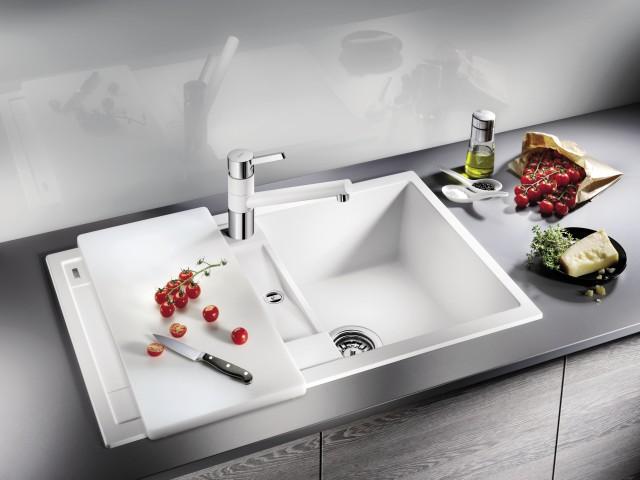 Les planches à découper agrandissent votre surface de travail et vous offrent de l'espace pour la préparation des aliments avant la cuisson.