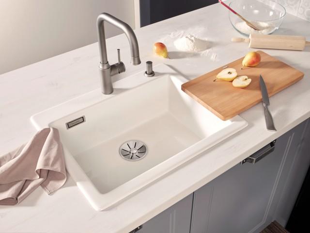 Auch Spülen aus dem Material Keramik lassen sich in verschiedenen Farben in Ihre Küche integrieren.