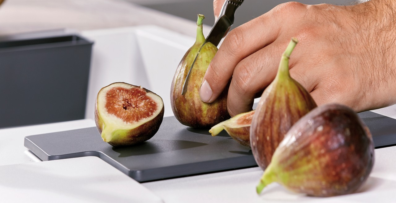 Slice fruit on the practical, non-slip cutting board