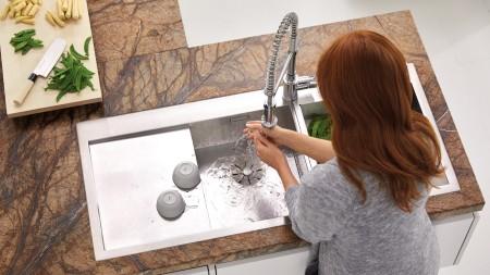 Eine Frau wäscht sich die Hände in einer BLANCO ZEROX Spüle