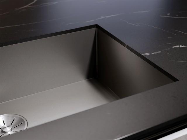 Absolut neu und sehenswert ist auch die Ausführung der ZEROX-Spüle in DARK STEEL.