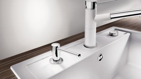 У края мойки видна только помпа емкости для жидкого моющего средства