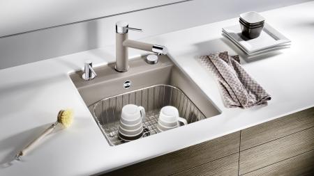 Beim Abwasch ist das Spülmittel direkt zur Hand dank Spülmittelspender.