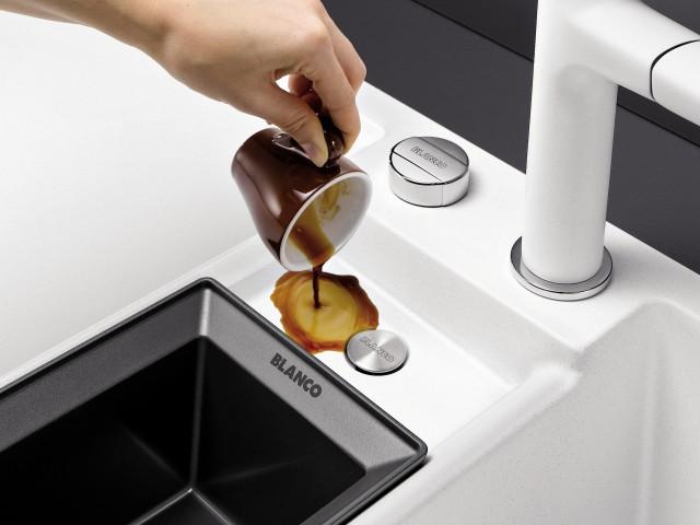Eine separate Ausgussmulde ist nützlich für Sie, wenn Ihr Spülbecken belegt ist.