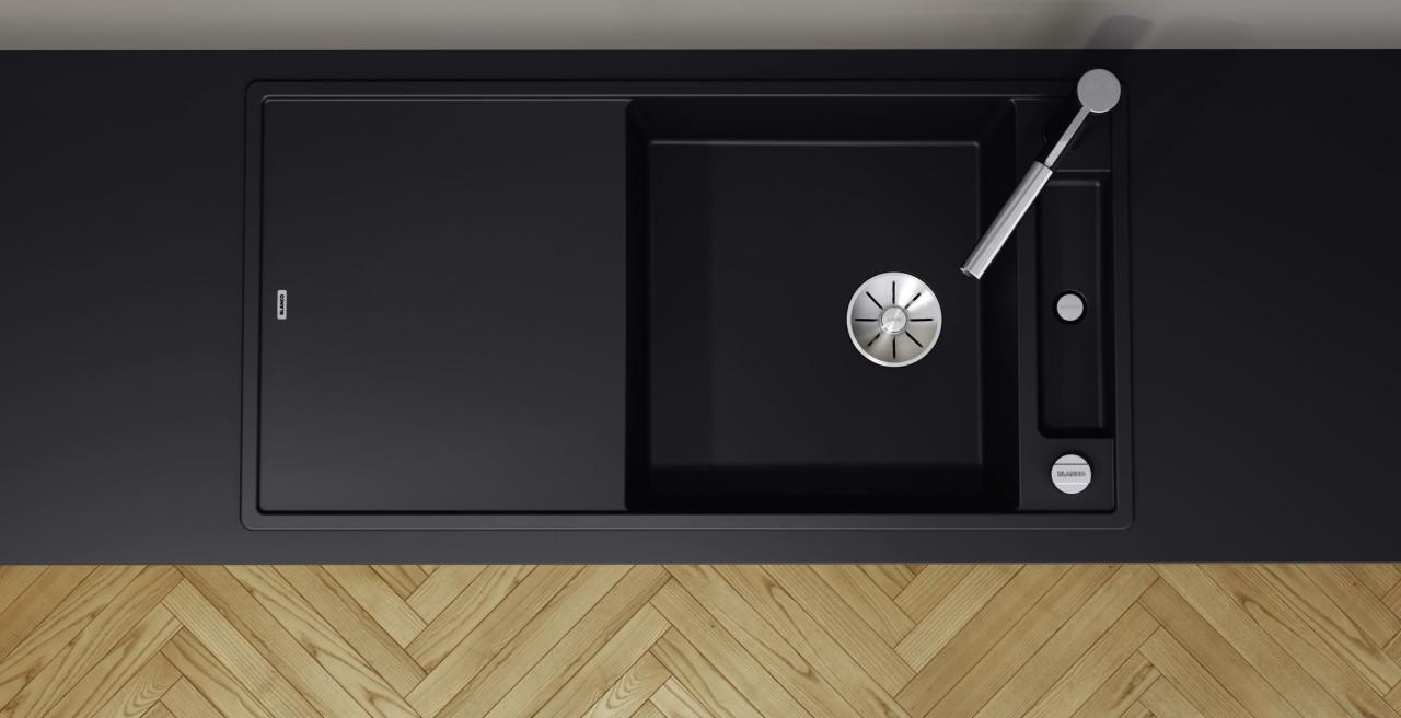 Monochromes Küchendesign mit schwarzer Spüle auf schwarzer Arbeitsplatte