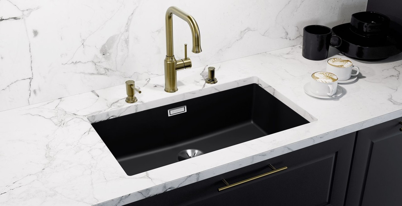 Worktops made of white marble create an intense contrast with sinks in SILGRANIT® PuraDur® black.