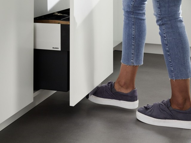 Thanks to the AutoMove function, you can also open your drawer with your foot.
