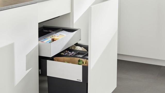 Kurze Wege: BLANCO Spülen vereinen Abfallsystem und erweiterte Arbeitsflächen auf kleinem Raum.