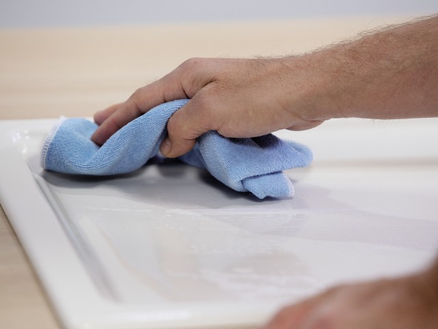Rub the sink dry with a microfibre cloth so that there are no streaks.