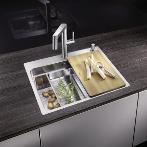 The ETAGON sink is available in stainless steel, Silgranit and ceramic.