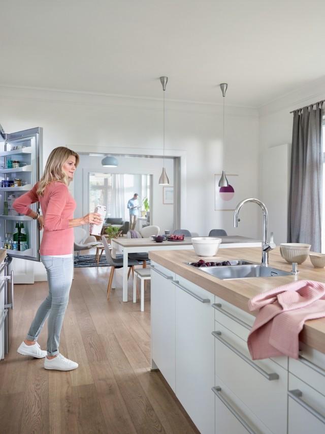 Eine Frau steht in einer Skandinavischen Küche